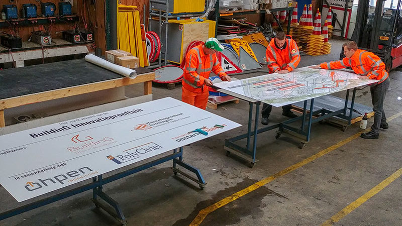 Het projectbord wordt klaargemaakt door de mannen van Wegwijsrent.